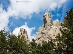 rocky fantasy (Edu.San.) Tags: riscos rocas nubes bosque pinos naturaleza paisaje airelibre pedriza sierra guadarrama madrid españa