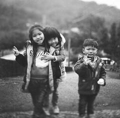 甜美的笑容~童真 (lgf55555(基福)) Tags: 底片彩色 小孩 笑容 黑白 童真