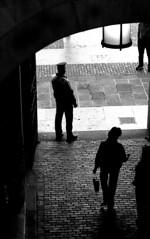 Controlli (gianclaudio.curia) Tags: barcellona spagna bianconero blackwhite pellicola kodak kodaktrix rodinal sviluppo ilfordmultligradeivrcdeluxe persone controluce nikon nikonfm3a 50mm18