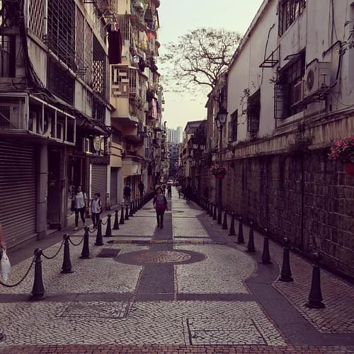 다시 가보고 싶은, 이국적 정취 가득한 마카오 거리. A street of Macau . . #마카오 #거리 #스트리트 #이국적 #포르투갈  #street #macau #macao #exotic #澳門 #街道 #異國風景 #風景 #馬路 #葡萄牙
