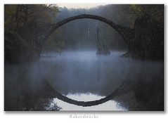 Rakotzbrücke (Rukiber) Tags: deutschland sachsen oberlausitz rakotzbrücke nebel fog d750 natur nikon brücke bridge tamron 247028 kromlau kromola