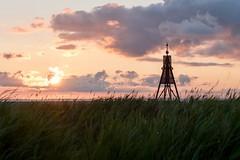 Seezeichen (webpinsel) Tags: sommer gräser elbe deutschland wolken sonnenaufgang morgenstimmung nordsee küste meer cuxhaven kugelbake
