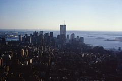 1994-09 New York 241 (MicdeF) Tags: 1994 downtown empirestatebuilding newyork ny statiunitidamerica twintowers usa uniitedstates geo:lat=4074844366 geo:lon=7398566723 geotagged scanner scan slide dia nikonem pellicola scansione diapositiva