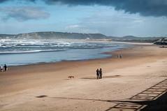 Salinas 2, Asturias (ccc.39) Tags: asturias castrillón salinas playa beach arena costa orilla mar olas sombras atardecer ocaso sunset cantábrico espuma bruma pareja seascape marina