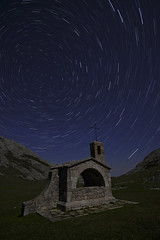 El buen pastor (explore) (Rafael Díez) Tags: españa asturias covadonga paisaje nocturna circumpolar iglesia rafaeldíez noche estrellas montañas
