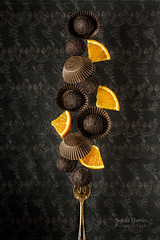 Trufas de naranja en equilibrio (Soniaif) Tags: chocolate naranja planocenital postre trufas orange dessert truffles balance equilibrio