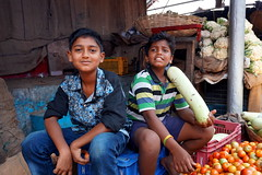 young vendors (simon-r-) Tags: mysuru mysore india karnataka 2017 indien inde market bazaar devarajamarket asia vegetable vendor vendors boys kids children youth young april travel life people photography documentary portrait local colour city street الهند السوق sony alpha ilce 5000