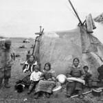 A group of Inuit in front of a tupik at Eywack Station, Mittimatalik/Tununiq, Nunavut / Un groupe d'Inuits devant une tente à la station Eywack, à Mittimatalik/Tununiq (Nunavut) thumbnail