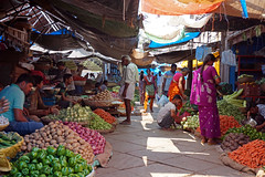 market life (simon-r-) Tags: mysuru mysore india karnataka 2017 inde indien asia market bazaar devarajamarket marché markt vegetable vegetables people life travel street photography documentary colour colourful world worldwide april merchants shops الهند سوق sony alpha ilce 5000