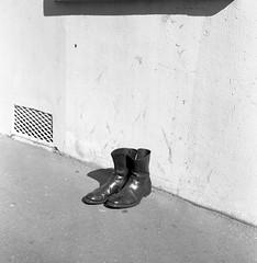 Boots (Amelien (Fr)) Tags: 125 100 2017 66 80mm aov acros analog argentique believeinfilm capturedonrealfilm film fuji fujifilm kreuznach moyenformat neopan pellicule rodinal rollei rolleiflex schneider tlr xenotar blackandwhite bw filmisnotdead homescanned mediumformat mf monochrome nb noiretblanc