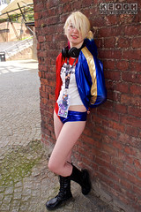 IMG_2459.jpg (Neil Keogh Photography) Tags: gloves comics bomberjacket dc belt film gun villain spikes gold harleyquinn boots jacket red criminal pigtails blue psycho suicidesquad tracksuitjacket psychopath hotpants top bracelets black femaledccomics cosplayer videogame nwcosplayjunemeet2016 white