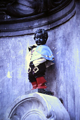 Slide 097-31 (Steve Guess) Tags: brussels bruxelles brüssel brussel брюссель belgium belgique belgien belgië бельгия sculpture boy peeing urinating