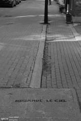 Regarde le ciel (Denis Hébert) Tags: anthropogeo denishébert faubourgàmlasse centresud montreal montréal québec quebec canada monochrome ngc newtopographer newtopographic newtopographics noiretblanc nb bw blackandwhite blackwhite ville city ciel sky extérieur fullum graffiti juin june 2016 iamcanadian urban urbain summer rue street streetart poésieurbaine urbanpoetry trottoir sidewalk été