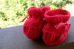 O primeiro mimo (Mááh :)) Tags: baby bebê mimo sapatinho vermelho red lã laço