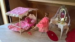 Susy Goose Furniture - Vanity and four poster bed (1963) (Barbies-60/70/80s) Tags: americangirlbarbie vintagebarbie barbie oldtoys barbiefurniture vanitysusygoose canopybedsusygoose