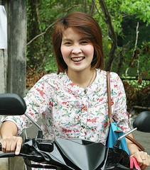 pretty woman showing off her decorative braces (the foreign photographer - ฝรั่งถ่) Tags: pretty woman motorcycle decorative braces mouth jewelry khlong thanon portraits bangkhen bangkok thailand canon kiss