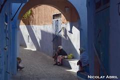 Women in the alleys of Chefcaouen (Nicolay Abril) Tags: marruecos marocco morocco maroc marokko maghreb magreb africa afrika afrique chauen xauen chefchauen tétouan tetuán province شفشاو الشاون تطوان المغرب أفريقيا العربي