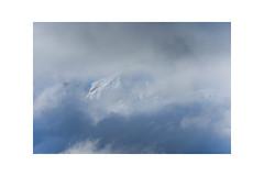 Wolkenlücke (balu51) Tags: morgen berge berggipfel wetter wolken wolkenlücke schnee weiss blau grau graubünden surselva signina pizriein frühjahr april 2017 copyrightbybalu51