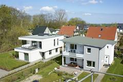 Individueller Baustil (Carl-Ernst Stahnke) Tags: altefähr klingenberg park wohnhäuser baustil dacheindeckung campingplatz seebad kurtaxe