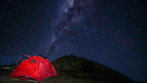Starry night at Plawangan Senaru.   Gunung Rinjani, Lombok.  Credit to: @pinneng ➖➖➖➖➖➖➖➖➖:heavy_minus