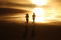 tracer (Wackelaugen) Tags: beach run running jogging two girls reflection sunset water atlantic ocean laspalmas grancanaria spain europe canaries canaryislands canaryisles canon eos photo photography wackelaugen