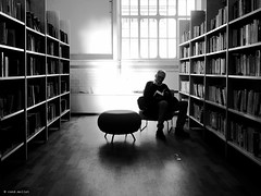read makes persistently (René Mollet) Tags: reading blackandwhite streetphotography renémollet