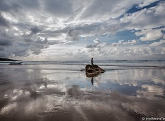 When standing on tiptoe is not enough (IrreBerenTe Natalia Aguado) Tags: oneperson humanfactor factorhumano sky irreberentenataliaaguado sanvicentedelabarquera sunset cantabria nature landscape reflections cloudsescape clouds boy child beach sea