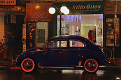 Old blue bug (Otacílio Rodrigues) Tags: carro fusca beetle vwsedan rua street luzes lights lojas stores placas signs poste lamppost pessoas people noite night vitrines storefronts urban streetphoto cidade city resende brasil oro topf25 supershot