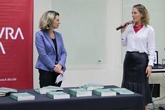 Carol Elizabeth Conway ganha a atenção de Patricia Blanco durante a sua explanação