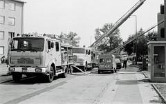 2.8.1982 Feuerwehreinsatz in Berlin Neukölln (rieblinga) Tags: berlin neukölln feuwehreinsatz marienfelder chaussee 1982 sw analog ilford hp5 dachstuhlbrand