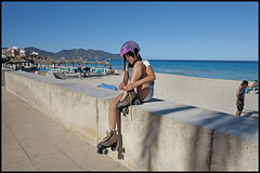 Cala Bona - Cala Millor (www.nielsdejgaard.dk) Tags: calamillor calabona beach strand beachlife strandliv mallorca girl pige rulleskøjter rollerskates mennesker people