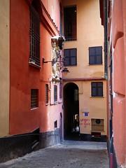 Nessuno è di dove è (fotomie2009) Tags: genova palazzo rosso centro antico storico medioevale medievale vico brignole liguria italy italia genoa