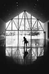 Una tarde en el museo (marywilson's eye) Tags: nikon d700 black white blanco negro blackandwhite monocromo monochrome shadows sombras reflections reflejos contraluz backlight light luz child children play dance