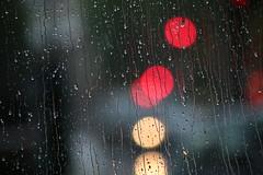 Pluie de feu (Pi-F) Tags: pluie vitre rond rouge flou dof goutte eau larme jaune circulation feu macro closeup