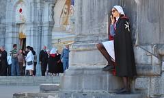 Pause (pose), Pélerinage de l' Ordre de Malte, Lourdes (thierry llansades) Tags: lieu lourdes pelerinage ordre malte ordredemalte tarbes catholique chretien pyrénées pireneu pireneos hautespyrénées pelerin pause pose sexy dame chevalier hospitaliere belle
