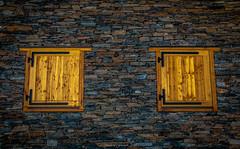 Mur aux Volets Clos (Frédéric Fossard) Tags: pierre refuge détail fenêtre volet murenpierre refugedulacdulou savoie alpes vanoise tarentaise maison gîte chalet voletsclos architecturesavoyarde façade symétrie lumière abstrait surréaliste fenêtreenbois autofocus