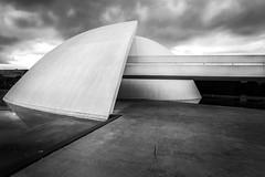Niemeyer (Pablo.Barros) Tags: américadosul architecture arquitetura brasil brazil niemeyer niterói riodejaneiro southamerica blackandwhite pretoebranco blancoynegro building sky céu curvas curves
