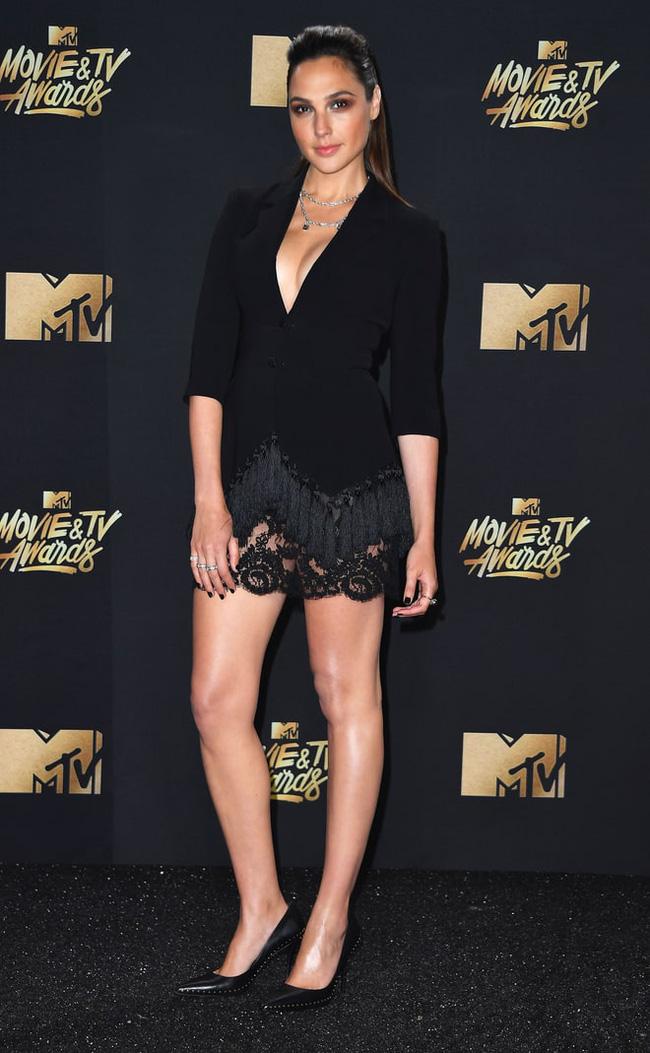 Thảm đỏ MTV Movie & TV Awards: Cara khoe đầu trọc, các sao tạo dáng khó khăn vì mưa đá - Ảnh 9.