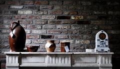 _dem glücklichen schlägt keine stunde (SpitMcGee) Tags: kaminsims mantelpiece uhr clock antik krug jug schale bowl ziegelwand brickwall belgien eynatten lüttich spitmcgee