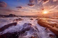 D5D_0292 日出萬里 Sunrise (愚夫.chan) Tags: 臺灣 taiwan 北海岸 新北市 newtaipeicity 萬里區 sunrisescenery 海岸晨景 海岸 岩石 海浪 光影 sea seascape water rock waves 雲 雲彩 clouds