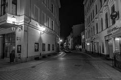 Toruń (nightmareck) Tags: toruń kujawskopomorskie polska poland europa europe fotografianocna bezstatywu night handheld bw blackandwhite czarnobiały czarnobiałe sonyrx100 dscrx100 rx100 cybershot compactdigitalcamera 1inchsensor carlzeiss variosonnartf18 28100mm