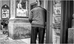 I Knew I Forgot Something! (Steve Lundqvist) Tags: people vecchio vecchiaia teramo italy italia italiano povertà poverty bw blackandwhite monochrome street fujifilm x100s streetphotography candid shot snap elderly old head headless rear back backside abruzzo