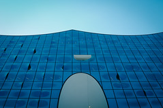 Blue waves (Bilderwense) Tags: hamburg hansestadt hafencity hafen port seaport elbphilharmonie elphi welovehh ilovehh moody architektur architecture germany europe europa deutschland minimalism mininal minimalismus mnml vignette vignetting blue