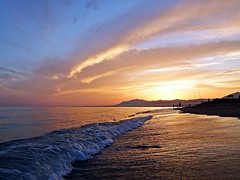 Puesta de sol (Antonio Chacon) Tags: andalucia atardecer marbella málaga mar mediterráneo costadelsol cielo españa spain sunset nubes nature naturaleza puestadesol paisaje orilla agua playa