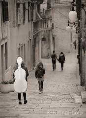 Streets of Sibenik, Croatia (KronaPhoto) Tags: 2017 croatia vår sepia street sibenik kroatia gatefoto streetphotography people mennesker cello girls couple travel old