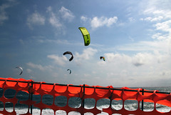Scelta di libertà (meghimeg) Tags: 2017 genova kitesurf mare sea sole sun cielo sky fence grata