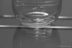 Gläserner Schatten (Sockenhummel) Tags: fuji x30 fujifilm finepix glas tisch schatten shadow blackwhite schwarzweis sw bw uni mono einfarbig