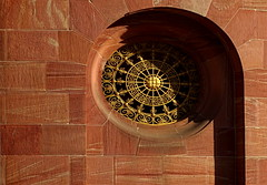 golden eye (EOS1DsIII) Tags: eos1dsiii deutschland germany frankfurt messe festhalle sandstein goldfarben mauer schmiedekunst schatten