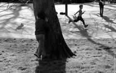 Cache cache / Hide ans seek (Fontenay-sous-Bois Officiel FRANCE) Tags: fontenay fontenaysousbois regionparisienne valdemarne iledefrance 94 94120 fsb france outside exterieur parc enfants children child nb bw