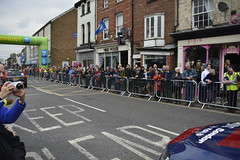 Tour De Yorkshire Stage 2 (702) (rs1979) Tags: tourdeyorkshire yorkshire cyclerace cycling teamcar teamcars tourdeyorkshire2017 tourdeyorkshire2017stage2 stage2 knaresborough harrogate nidderdale niddgorge northyorkshire highstreet